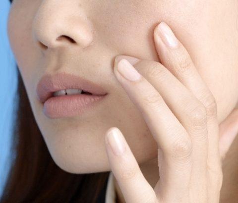 困ったニキビの症状どうしてる?顔に発生した角栓をつぶす?つぶさない?
