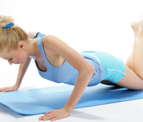 胸の筋肉を鍛えてバストアップ!腕の力が弱くても、膝立運動で効果を出す方法とは
