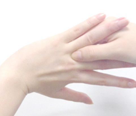 マッサージしながら、ツボ「指間穴(しかんけつ)」でダイエットする方法